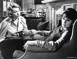 """Η Σίρλεϋ ΜακΛέην και η Όντρει Χέπμπορν στην ταινία """"Οι Ψίθυροι"""" (1961)."""