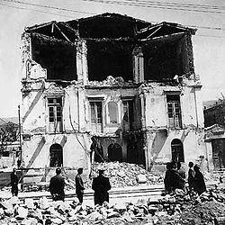 Νεοκλασικό κτίριο του Βόλου μετά τους σεισμούς του 1995.