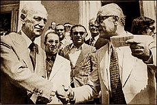 Ο Π. Κανελλόπουλος σε χειραψία με τον Γεώργιο Μαύρο έξω από το Κοινοβούλιο.