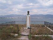 Η προτομή του στην ακτή Μ. Φανερωμένης, Σαλαμίνα