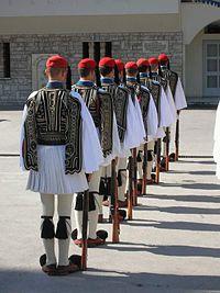 Παράταξη ευζώνων στο στρατόπεδο της Προεδρικής Φρουράς, πρώην στρατόπεδο Βασιλέως Γεωργίου Β΄