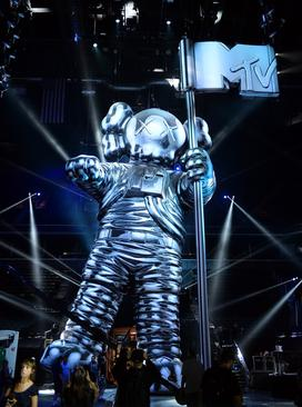 The standing inflatable KAWS moonman at the 2013 MTV Video Music Awards. 2013-mtv-vmas-kaws-moonman.jpg