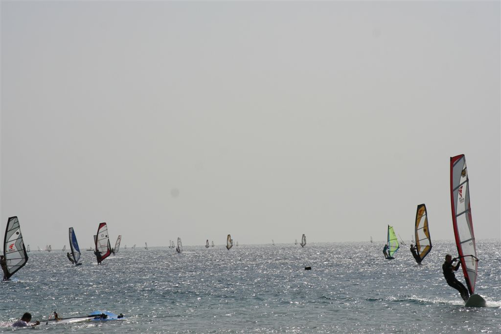 https://upload.wikimedia.org/wikipedia/en/1/17/Dahab,_Windsurfing_in_Lagoon.jpg
