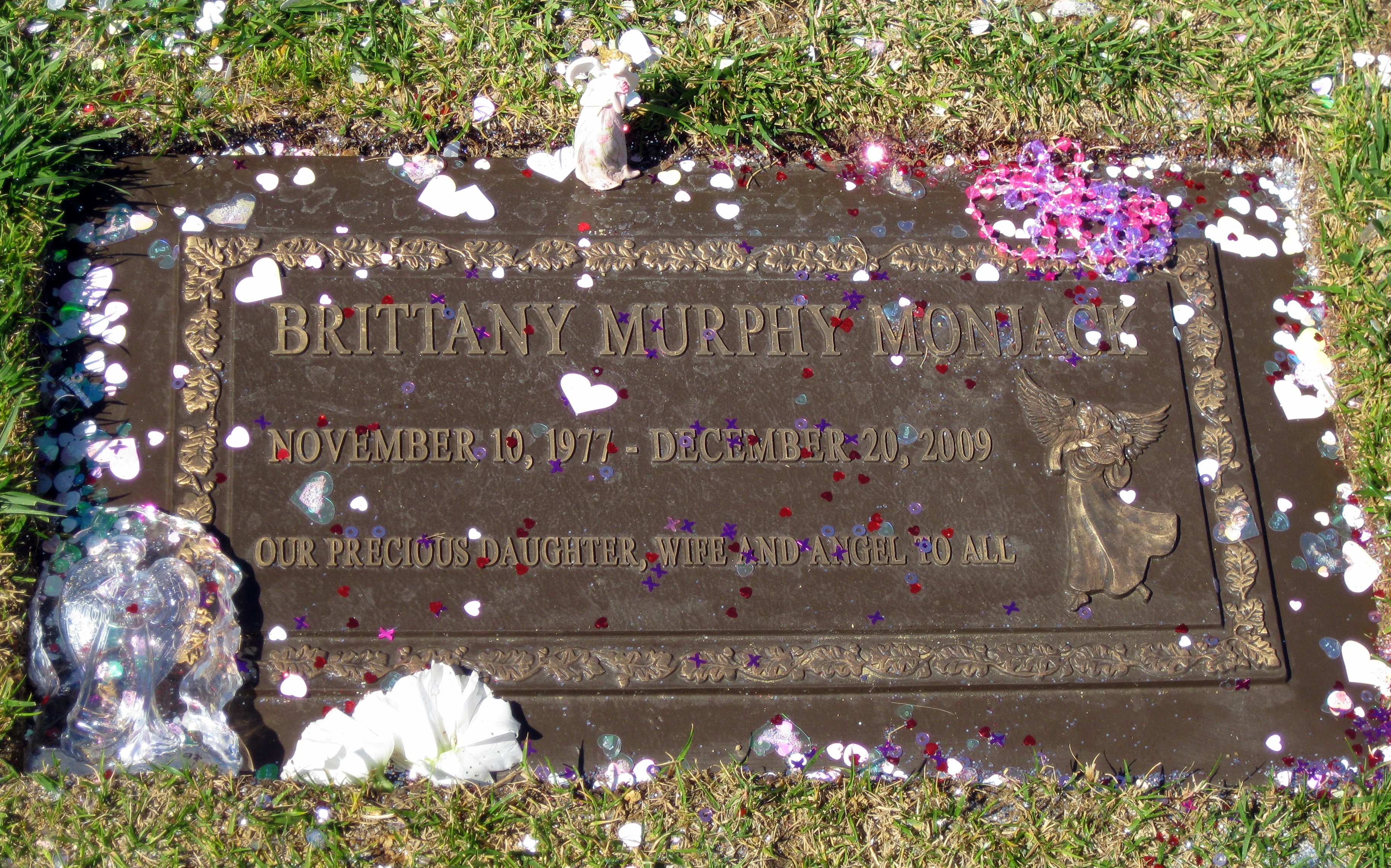 Brittany Murphy is buried in the same cemetery as Michael Jackson 12/25/2009 67
