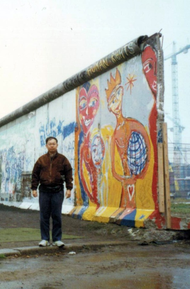 File:Dennis B Funa in berlin wall.jpg - Wikipedia, the free ...