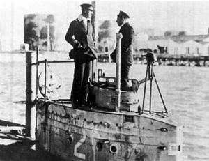 Вид U-2 с ее боевой рубкой, двумя перископами и вентиляционной мачтой (крайний слева).