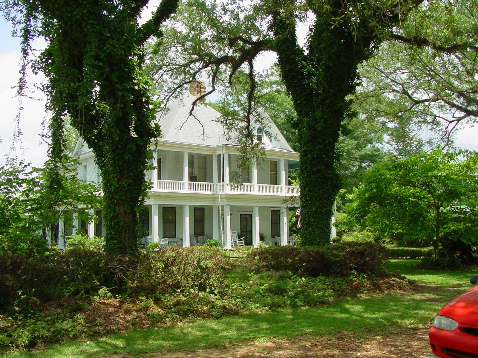 Many grand old houses to stay in during your barber training in Alabama