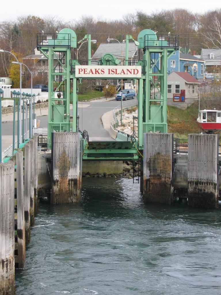 http://upload.wikimedia.org/wikipedia/en/2/2e/Peaks_Island_Maine_landing%2C_11-11-2004.jpg
