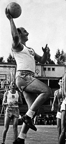Otar Korkia ejecutando un tiro a canasta