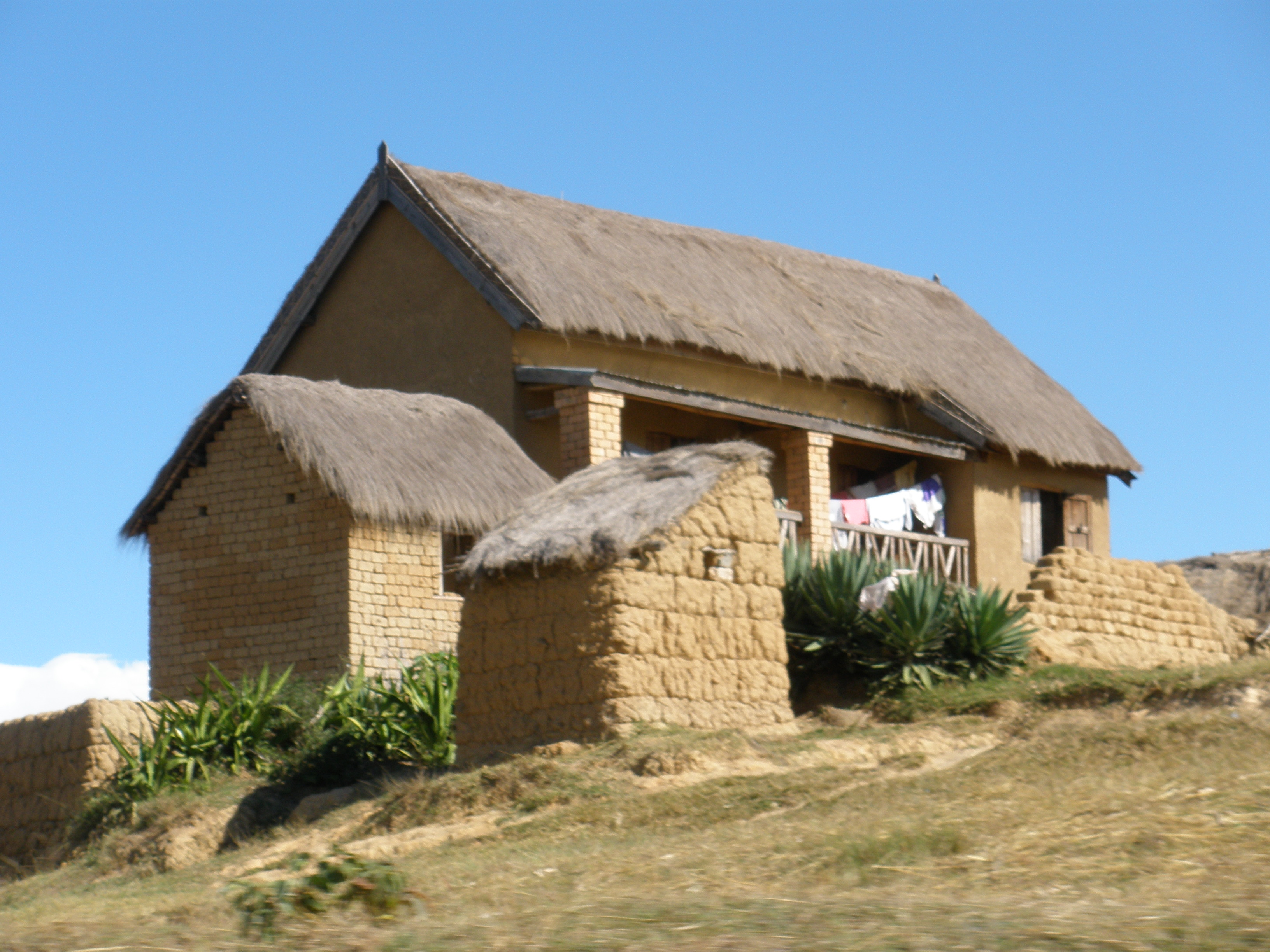 File malagasy rural brick house jpg wikipedia for Casa rural mansion terraplen seis