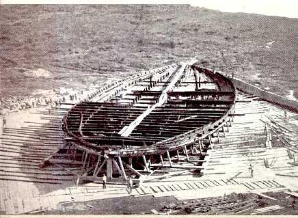 Casco de uno de los bascos del lago Nemi. Observar el tamaño del hombre que hay al frente