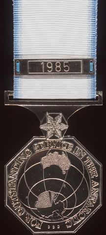 Archivo: Medalla antártica australiana.png