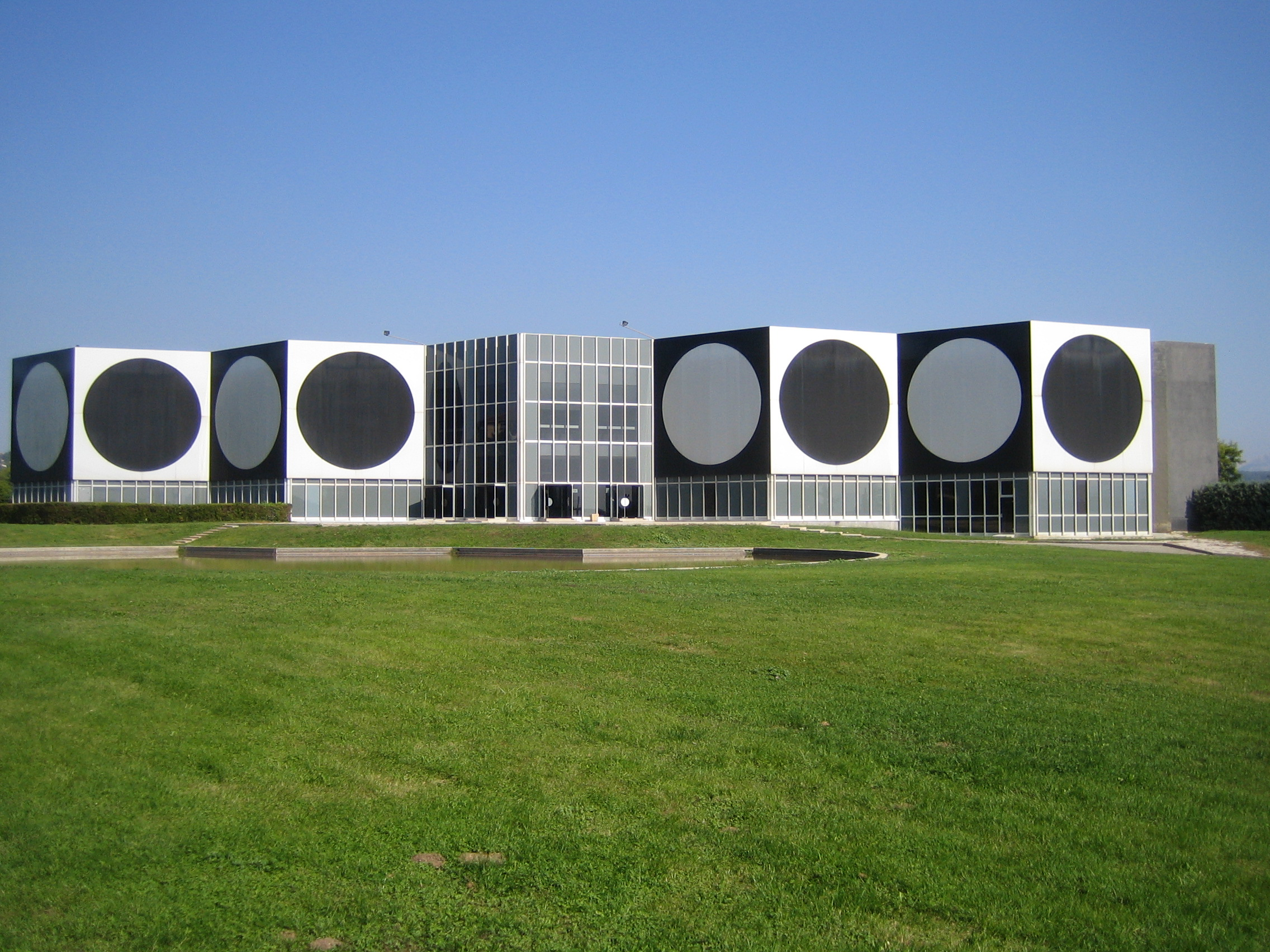 Op art uses color to create - Museum Fondation Vasarely In Aix En Provence