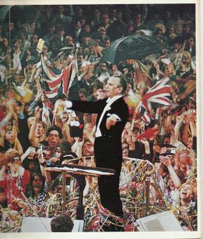 белый мужчина, чисто выбритый, безупречный белый галстук и хвост, дирижирует оркестром перед восторженной публикой