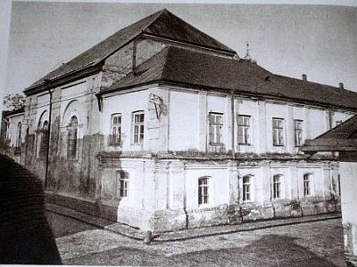https://upload.wikimedia.org/wikipedia/en/7/74/Zamosc_Synagoga_dawniej.jpg