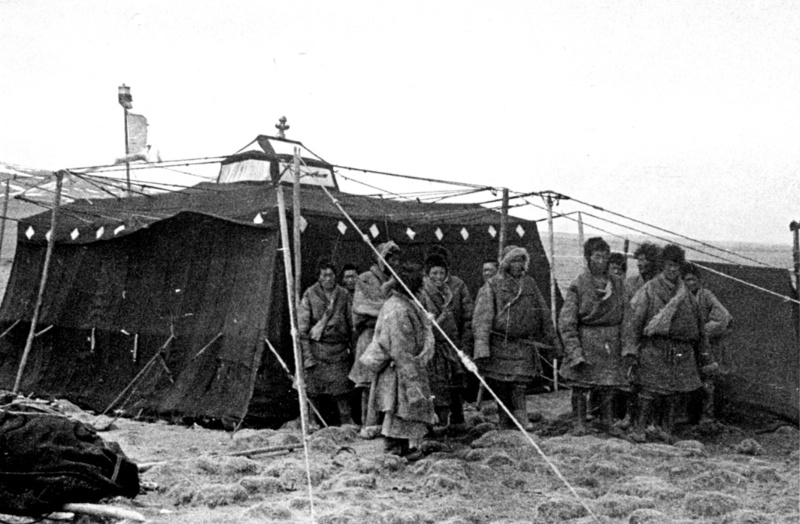 An old tent with Tibetan nomads at the beginning of the twentieth century.