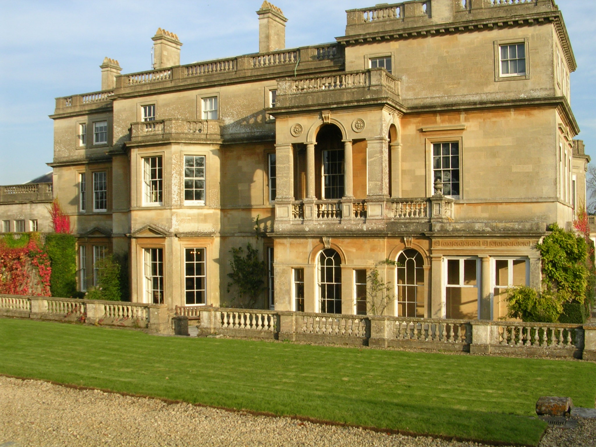 File:18th century mansion built of Bath stone, with