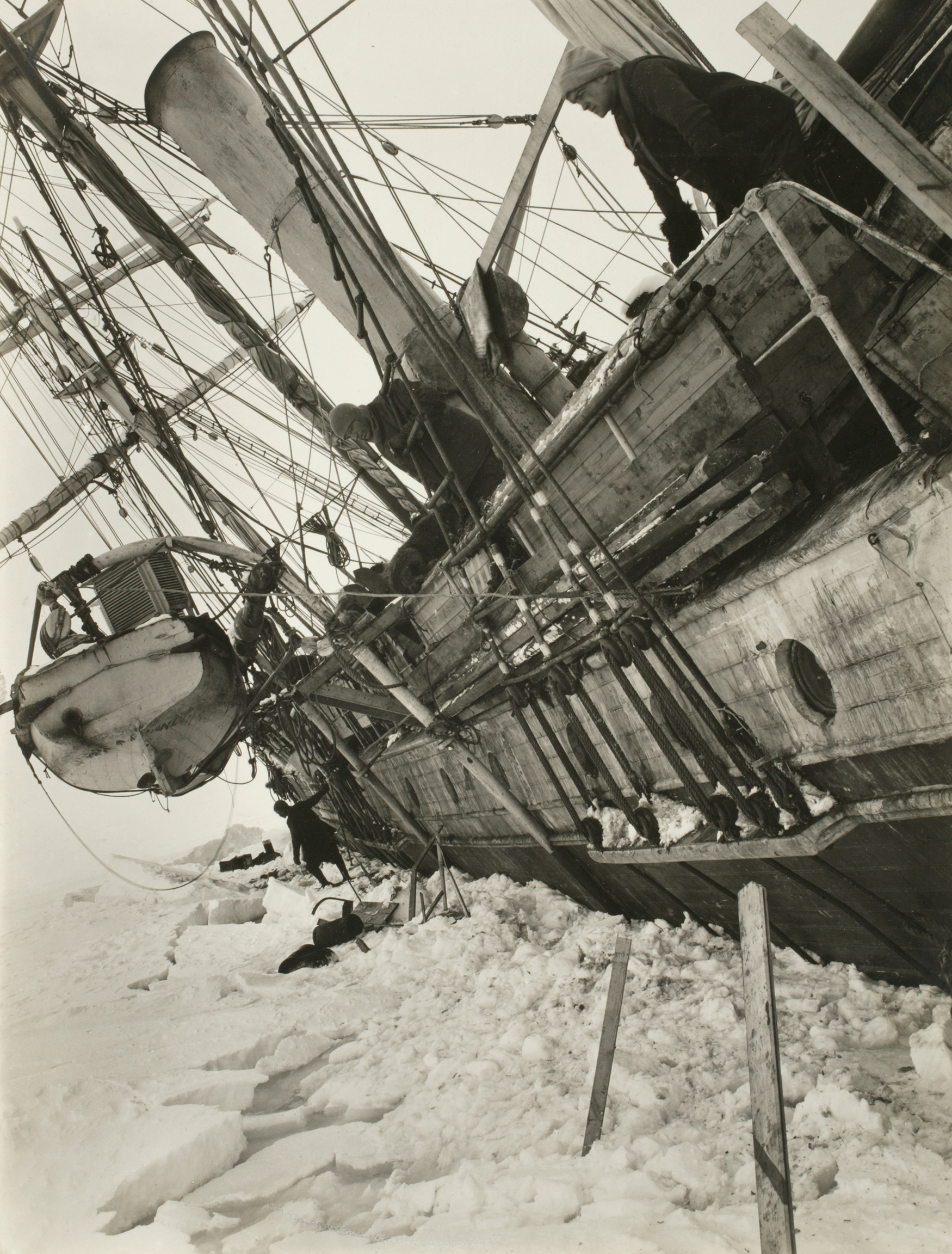 Shackleton watches the Endurance sink
