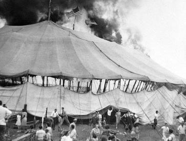 玲玲馬戲團在1944年表演失火圖