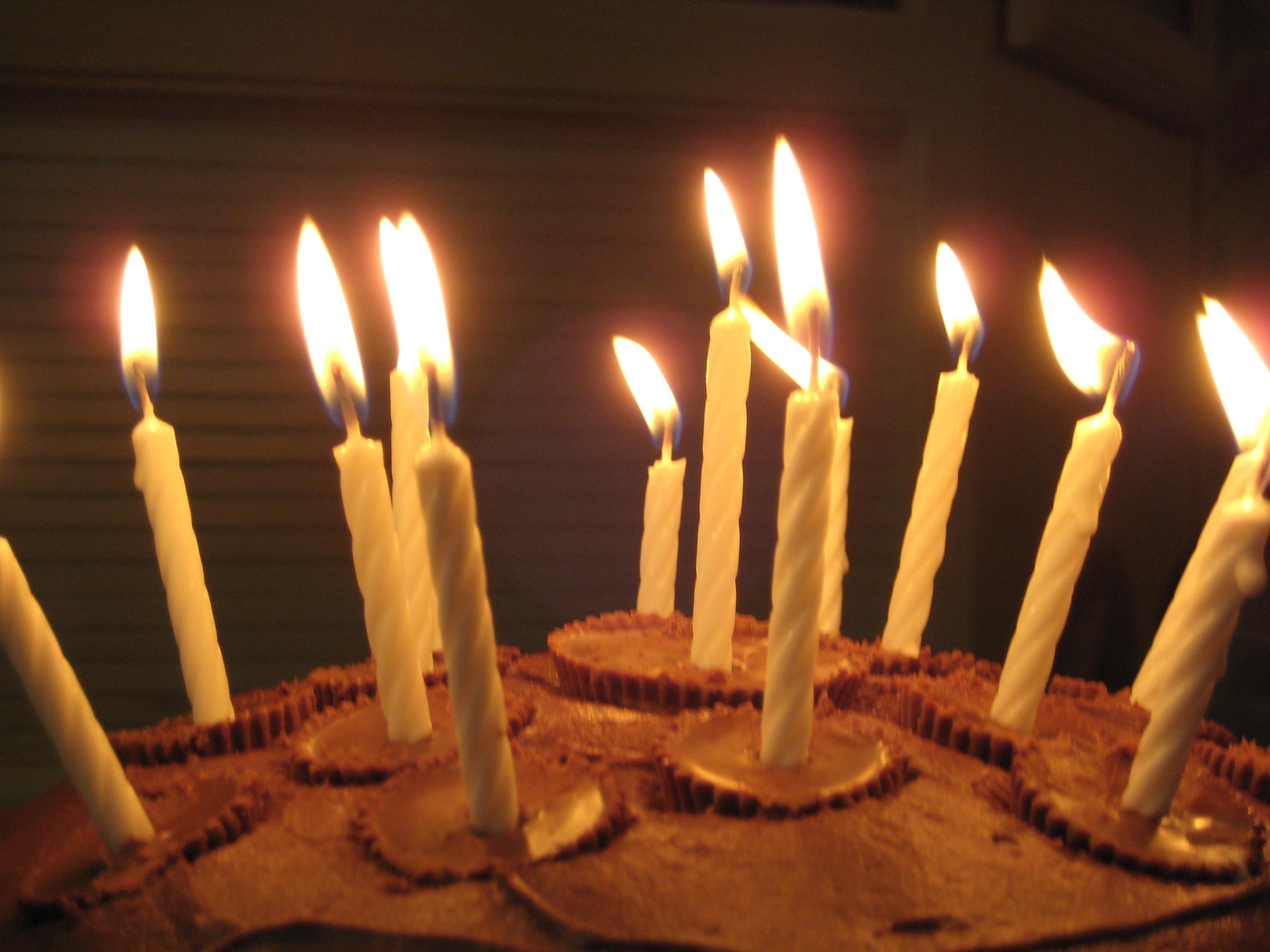http://upload.wikimedia.org/wikipedia/en/9/99/CandleCake.JPG