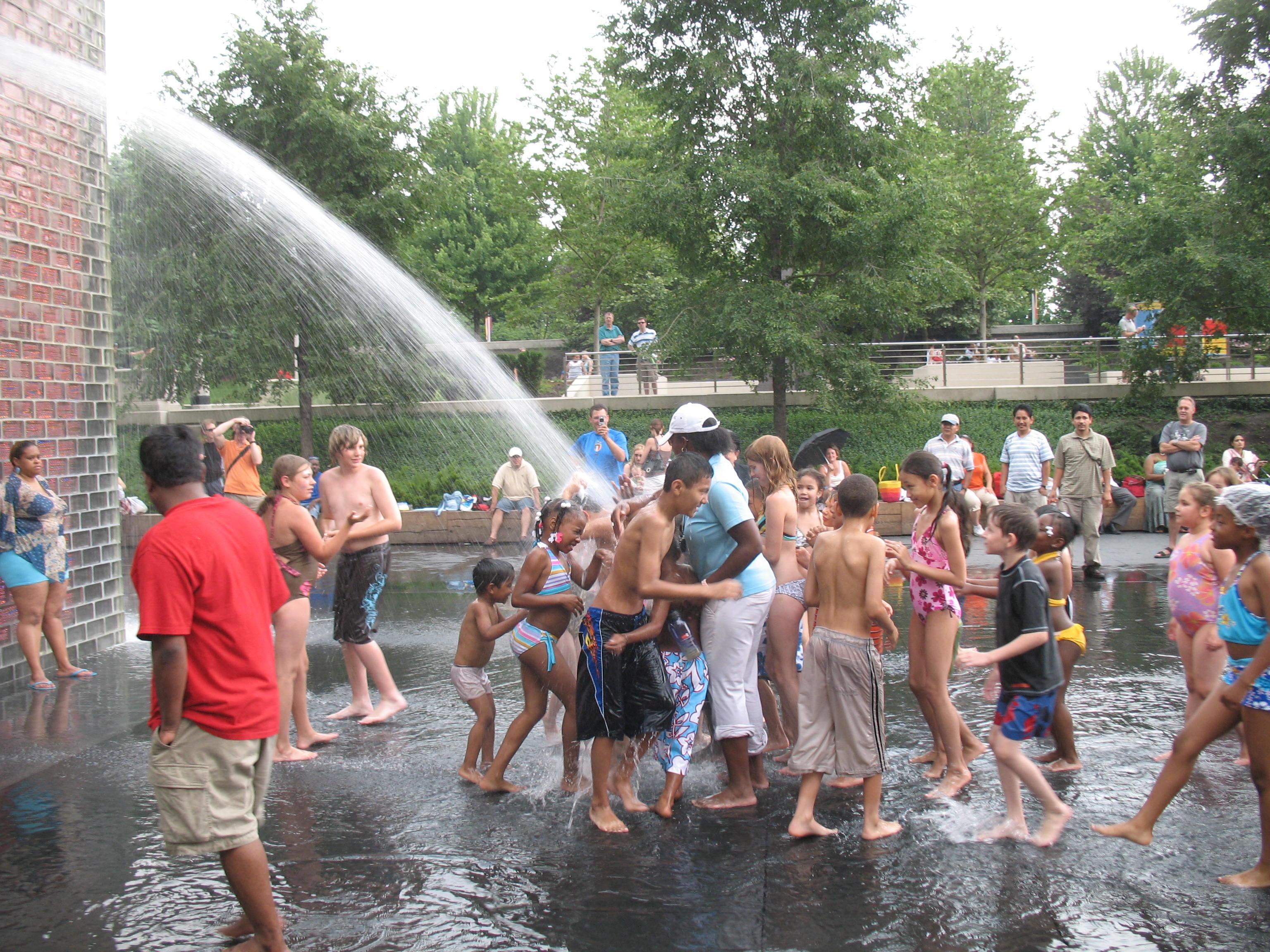 Дети купаются в фонтане фото