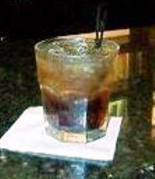 Куба Libre служила в коротком стакане.