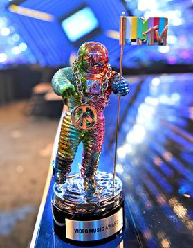 The redesigned moonman by Jeremy Scott at the 2015 MTV Video Music Awards. 2015-mtv-vmas-jeremy-scott-moonman.jpg