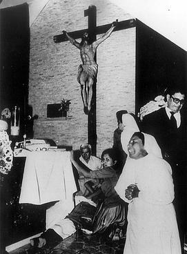 Foto som sto i El País den 7. november 2009 sammen med en opplysning om at staten El Salvador anerkjente sitt ansvar for forbrytelsen
