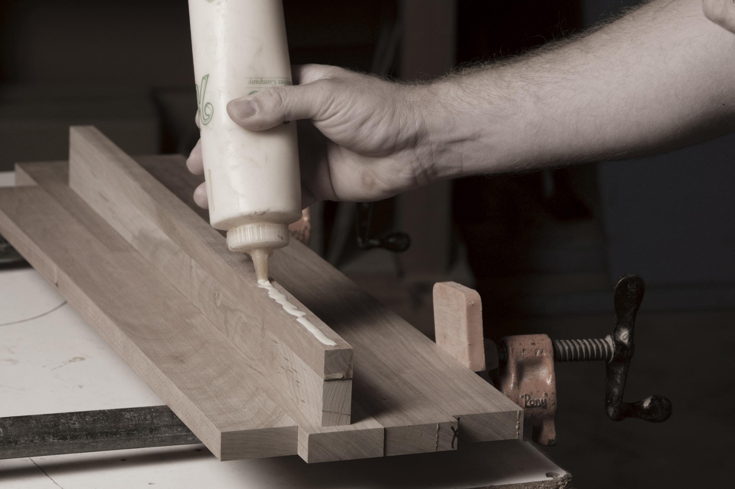 Etonnant File:Amish Craftsman Glueing Furniture