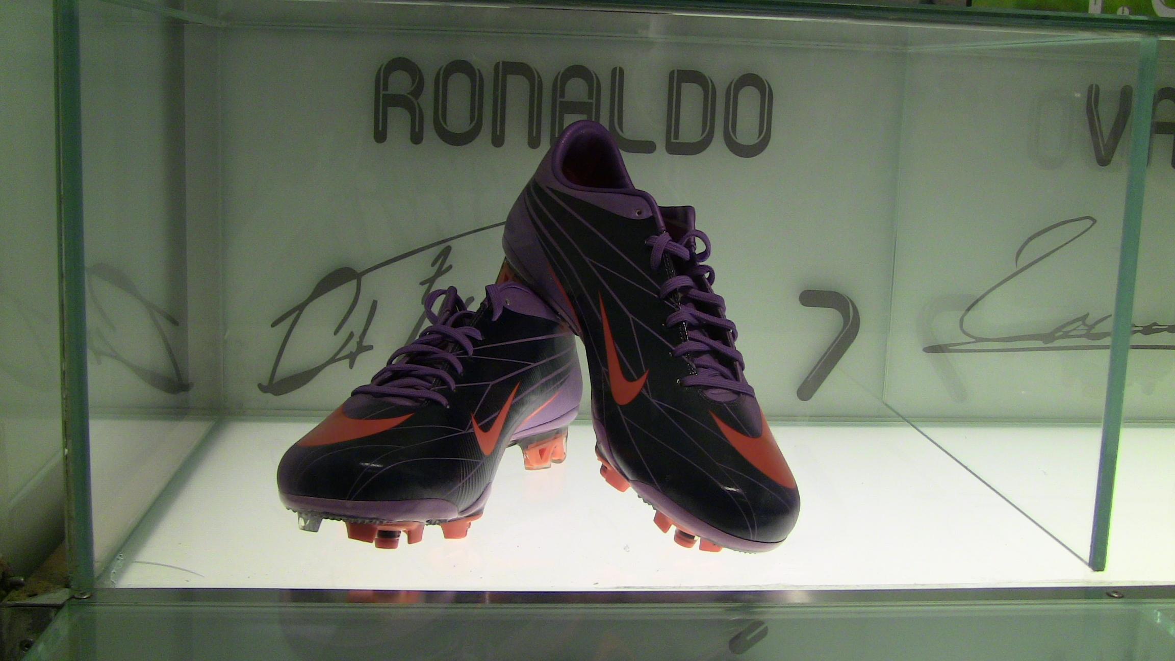 83891a6771e File Cristiano Ronaldo Boots on display at Santiago Bernabeu.jpg ...