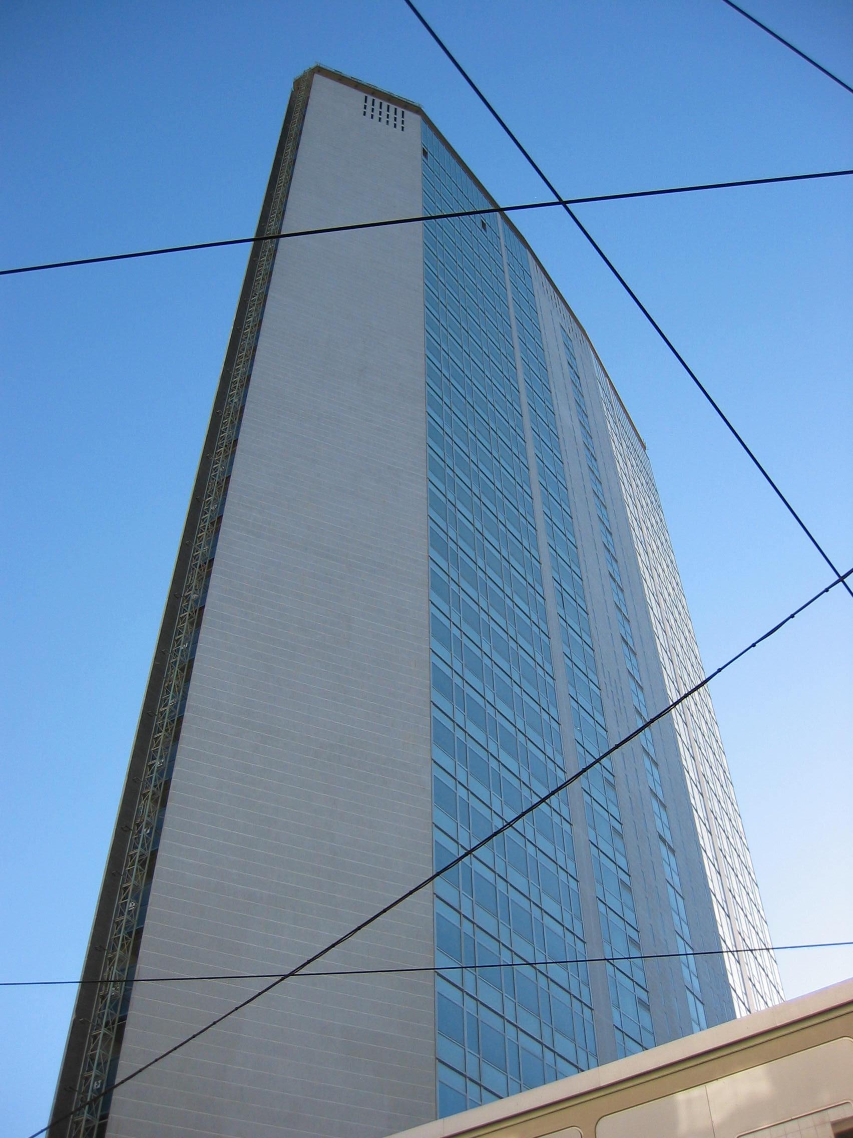 Nella foto: il grattacielo Pirelli, veduta dal basso