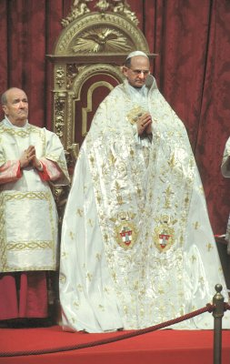 Pope Paul VI wearing the mantum.
