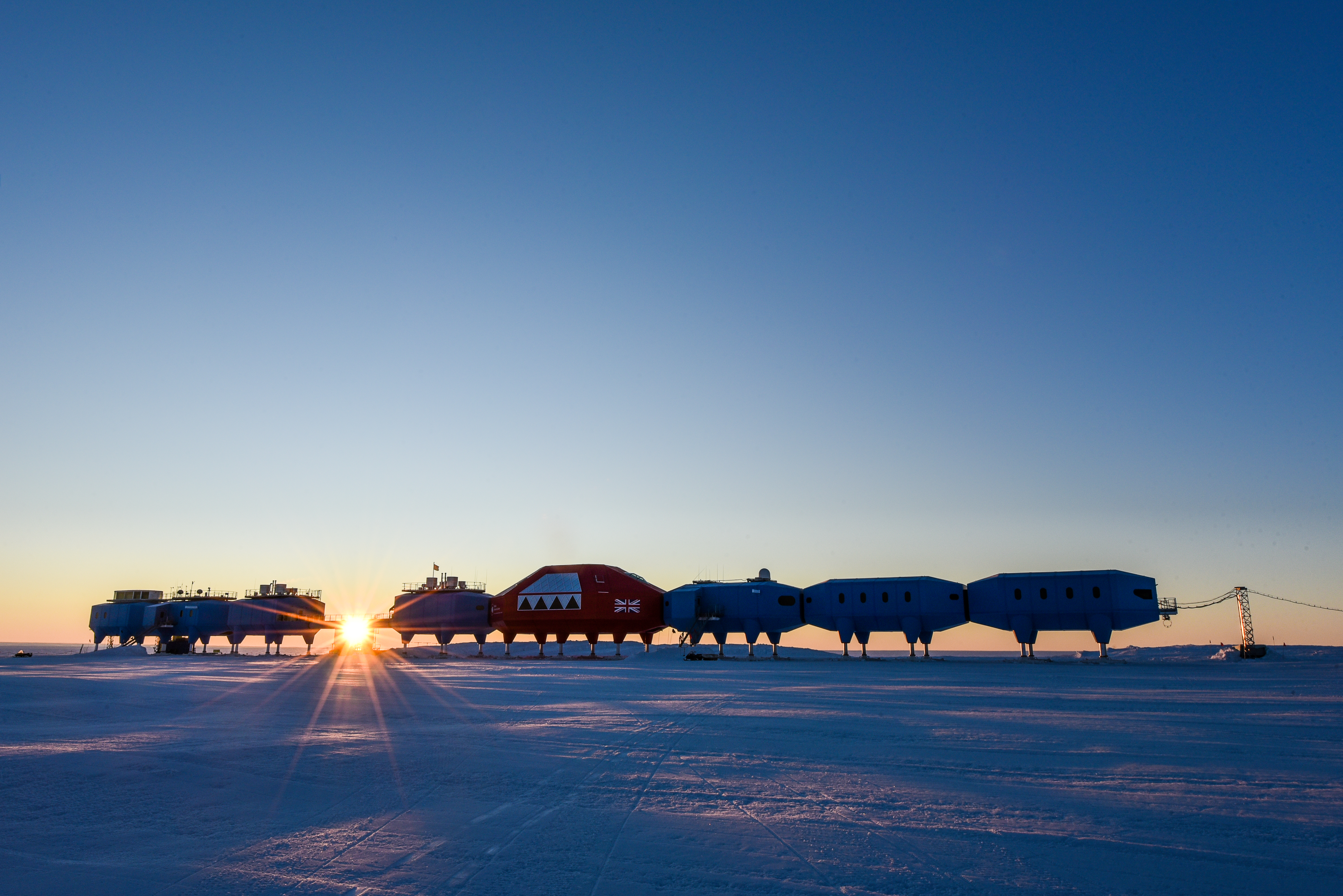 Halley research station wikipedia low sun behind halley vi modulesg publicscrutiny Image collections