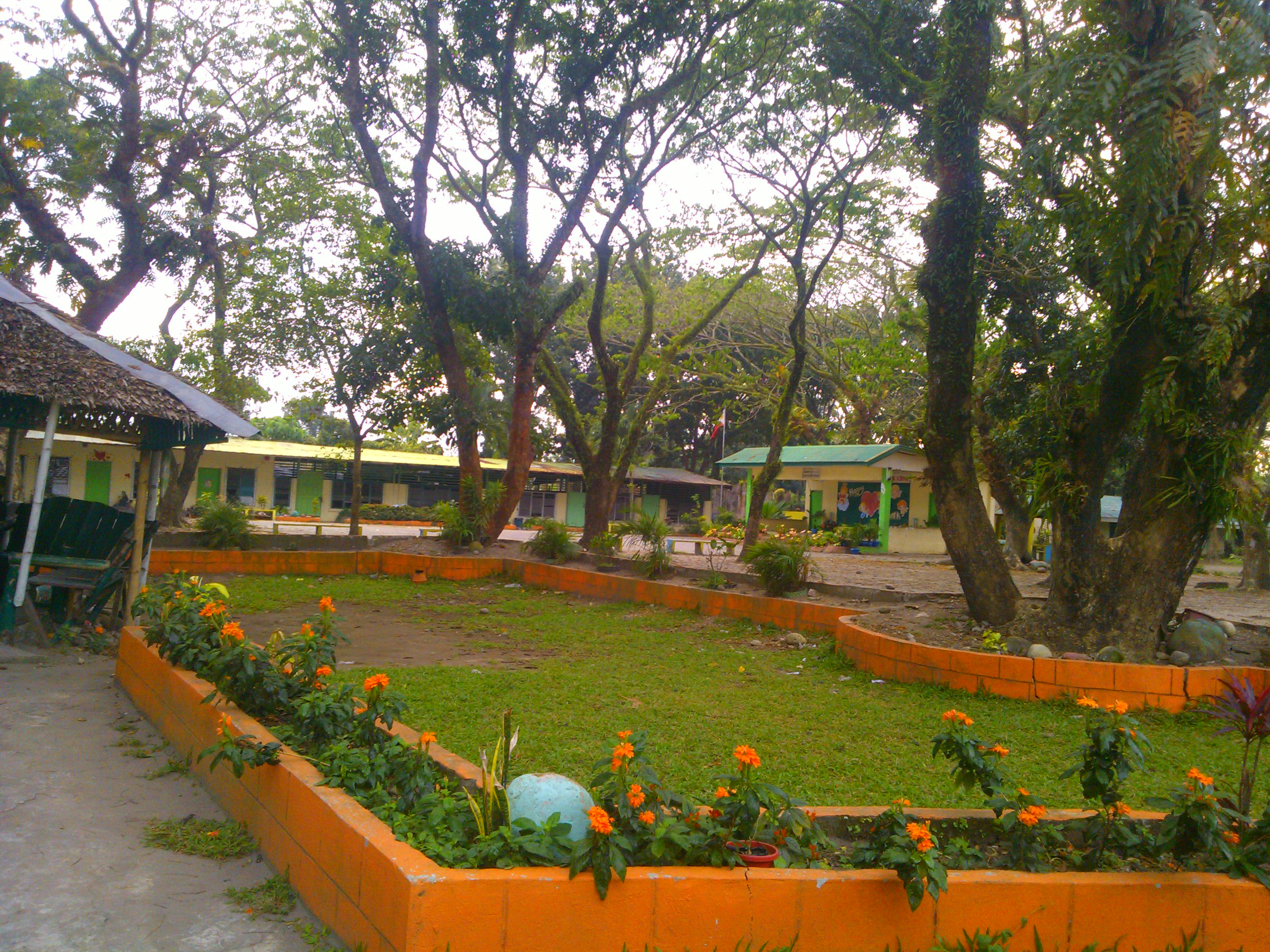 File:Don Estaquio Hofileña Memorial Elementary School front yard.jpg ...