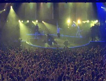 Live performances during their 2002 tour were noted for their use of strobe lighting.