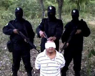 Los Zetas - Los Zetas gunmen interrogating a member of the Gulf Cartel.