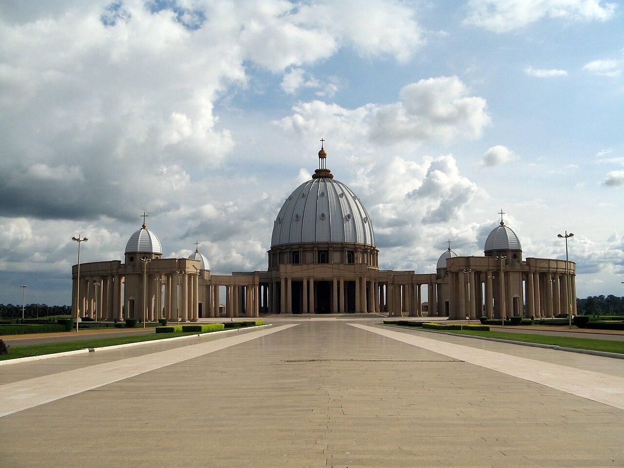 Basilika Bunda Damai di Yamoussoukro; salah satu tempat ibadat Kristen terbesar di dunia.