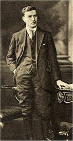 portret van de volledige lengte van een jonge man in kleding uit de jaren 1920