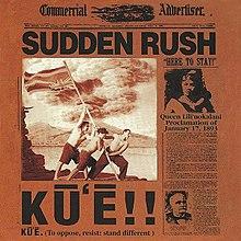 """Ein schwarz-rotes Albumcover im Stil einer Zeitung.  Das Papier heißt Commercial Advertiser und die Überschrift lautet """"Sudden Rush"""".  Ein Bild von drei Männern, die einen Fahnenmast mit der umgedrehten Flagge von Hawaii hissen, trägt unten die Überschrift """"Kuʻe"""".  Die Geschichte auf der rechten Seite trägt die Überschrift """"Here to Stay"""" vom 17. Januar 1893 mit einem Bild von Königin Lili'uokalani, die an diesem Tag abdanken musste."""