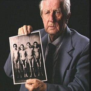 Wilhelm Brasse - Brasse in 2005 with one of his Auschwitz photographs (Portrecista)