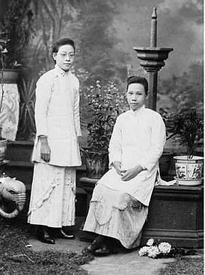 Lee Sun Chau - Lee Sun CHAU (seated) with medical college classmate Yuen Hing WONG (standing)