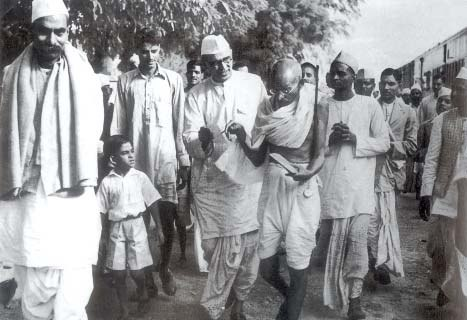 Mahatma Gandhi and Rajendra Prasad (left) on their way to meet the viceroy Lord Linlithgow (13 October 1939) after the outbreak of World War II.