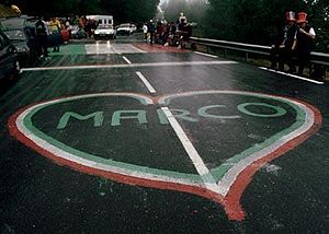 Marco Pantani - Fans on the roadside of the climb to Les Deux Alpes, awaiting the arrival of the 1998 Tour de France