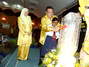 RECSAM - H.E. Dato' Seri Hishammuddin Tun Hussein, Minister of Education Malaysia officiating the ceremony on 5 September 2007 with a student while looking on is the center director, Dr Azian T.S. Abdullah.