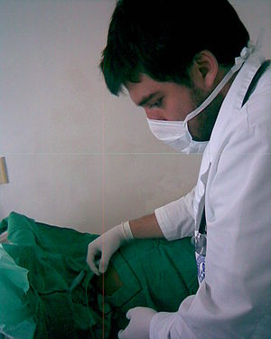 Pontifical Xavierian University Faculty of Medicine - A 6th-semester student performs a paracentesis during an internal medicine rotation at the Samaritara University Hospital (HUS)
