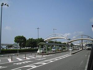 Kumamoto Airport - Image: Kumamoto Airport Driveway 2007