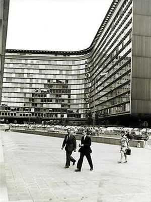 Berlaymont building - The Berlaymont in 1975, President François-Xavier Ortoli seen in the centre.