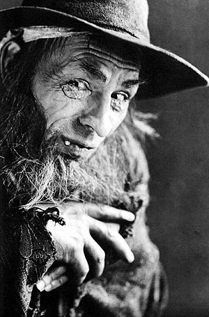 Oliver Twist (1922 film) - Lon Chaney, as the pickpocket, criminal gang leader Fagin