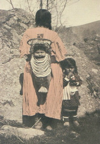 Tenino people - A Tenino or Wasco woman and her children at the Warm Springs Reservation, 1907.