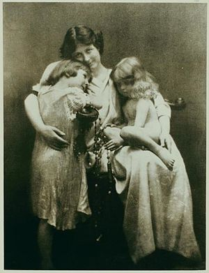 Isadora Duncan - Duncan with her children Deirdre and Patrick, in 1913